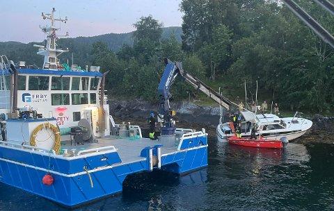En båt gikk på land i Averøy mandag kveld. Politiet mistenker at høy fart og promillekjøring kan være årsaken til ulykken.