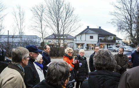 BYGGEPLANER: Her er Hovedutvalg for miljø og kommunalteknikk på befaring på trekanttomta på Teie i fjor høst. Foto: Tone Finsrud