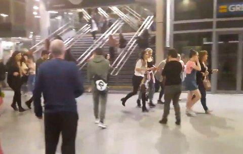FLYKTER: Bildet viser folk som løper gjennom Manchester Victoria station etter en eksplosjon i eller utenfor Manchester Arena sent på kvelden 22. mai. Stasjonen ligger veldig nær arenaen.