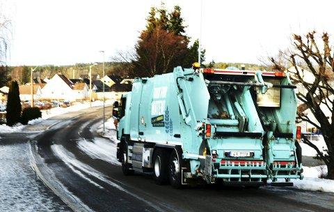 FORSINKELSER: Snøværet tidligere i uken har skapt forsinkelser på avfallsinnsamlingen til Vesar. De oppfordrer folk til å måke frem beholderne sine for å gjøre det enklere for renovatørene.