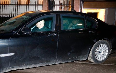 Justisminister Sylvi Listhaug (Frp) forlater møtet i statsministerboligen mandag kveld. Ved siden av henne sitter hennes politiske rådgiver Espen Teigen. Foto: Terje Pedersen / NTB scanpix