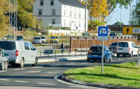 FOR ALLE: Også elbilene må betale bompenger i Presterødbakken, men skal slippe unna med 40 prosent av ordinær takst etter at brikkerabatten er trukket fra.