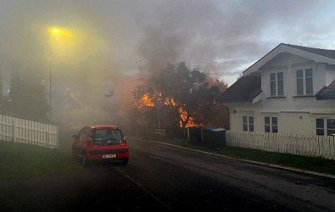OVERTENT: Det brøt ut kraftig brann i et hus i Horten sentrum fredag morgen.