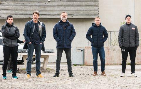 MANNSSTERKE: Trenerteamet til Nøtterøy Håndball 2020/21 ble presentert utendørs ved Nøtterøyhallen grunnet koronaviruset. Fra venstre Zarko Pejovic, Robert Hedin, Sindre Walstad, Michael Jonassen og Kennie Boysen.