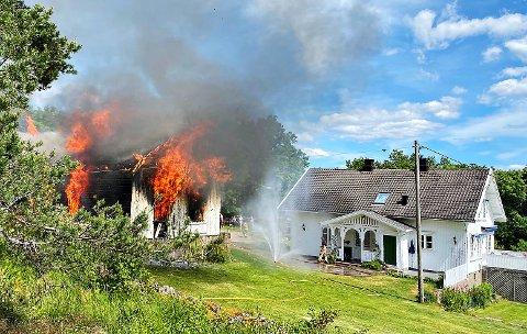 Torsdag brenner dette huset i Bukkeliveien på Tjøme.