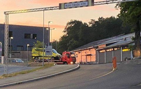 MÅTTE BERGES: Her blir ambulansen fraktet vekk av Falck.