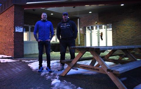 FISKEKROKEN: Ved inngangspartiet til den nye butikken skal det bygges opp et miljø som passer både for fiskere og fiskehistorier, lover Tommy Lindqvist (t.v.) og Kristoffer Sæther Saksvik.