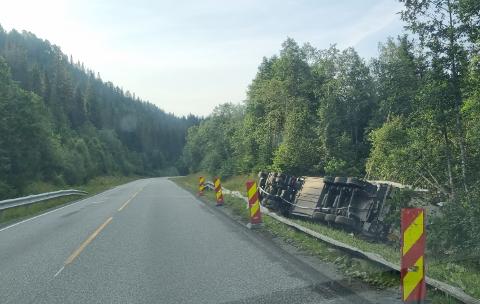 I GRØFTA: Lastebilen kjørte av veien og veltet i grøfta. Den kvinnelige sjåføren ble sendt til sykehus etter ulykken, men skal ikke ha pådratt seg alvorlige skader.