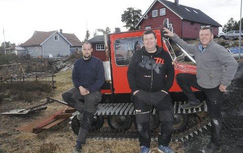 Engasjert: Tom Erik Torgersen, Tore Hansen og Bjørge Vågsmyr er blant dem som har gjort en stor innsats med å få i gang den over 40 år gamle løypemaskinen som ble brannskadet i fjor. Foto: Øystein K. Darbo