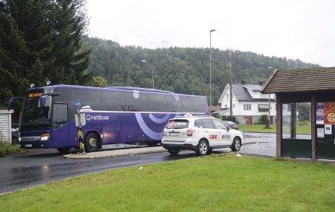 Venter Ikke: Ekspressbussene som går mellom Kristiansand og Oslo, stopper her i Fiansvingen. Det er imidlertid ingen korrespondanse mellom de lokale bussrutene fra Tvedestrand og ekspressbussen.Foto: Øystein K. Darbo
