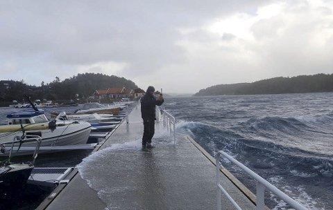 Bølgene skyllet over bryggeanlegget på Hagefjordbrygga fredag ettermiddag og kveld. Ronny Jensen hjalp til med å sikre noen båter med ekstra fortøyning. Foto: Frode Gustavsen