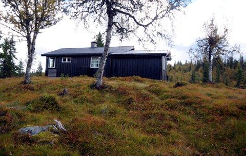 Tømmerkoie: Denne hytta er bygd som kvilebu, men Gunn Marit Lien og familien ønsker å bruke den som fritidsbolig. Nå ser det ut til at saken har funnet en løsning.