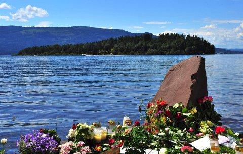 Utøya: Blomster etter massakren på Utøya 22. juli 2011. Nå er det laget film om det som skjedde på Utøya og i Oslo. Totalt omkom 77 mennesker i angrepene, derav 69 drepte under massakren på Utøya og 8 omkomne i bombeangrepet i regjeringskvartalet. 33 av de omkomne var under 18 år.Arkivfoto: Marit Beate Kasin