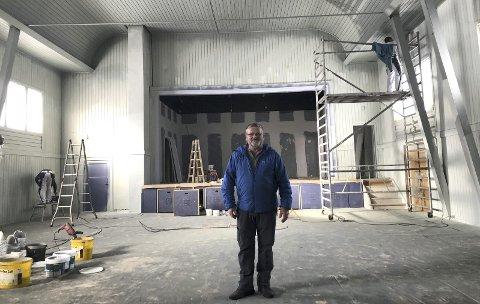Lyst og luftig: Rolf Nordberg viser fram den lyse og luftige nyoppussa storsalen i Røn.
