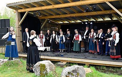 Osvald Fossholm hadde fått med seg kammerkoret Ensemble 96 og Ragnhild Hemsing til konsert på ei vakker utescene i Brakadokka på Bautahaugen lørdag.