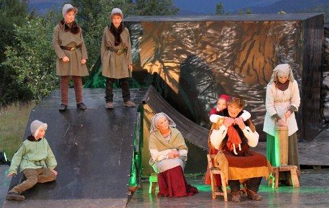 Åpningsscenen: Den gamle Sigvat, spilt av Gunnar Eikren, forteller minstejenta, spilt av Vilje Ekerbakke Skrenes, og resten av folket om bruderovet i Gudbrandsdalen.
