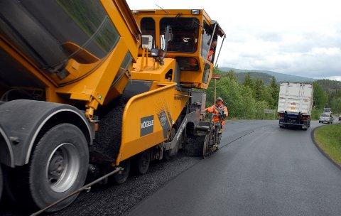 ASFALTERING: Tre fylkesveger i Valdres får ny asfalt i år. (Illustrasjonsfoto)