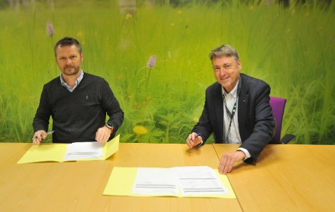 BYGGERNYIDRETTSHALL:Daglig leder Bjørn Ove Liavaag (t.v.) i Seby AS og fungerende ordfører Inge Solli undertegner kontrakten til 102,3 millioner kroner.