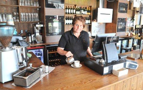 MEDHJELPER:Solveig Bergersen er med å hjelpe til i starten, forteller hun da Varingen var innom Café Stund tirsdag.