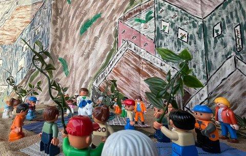 FLYTTER PÅSKEVANDRINGEN UT: Vanligvis inviteres barnehagene inn til påskevandring i kirken. I år er den tilgjengelig for alle, i vinduene til Rotnes kirke.