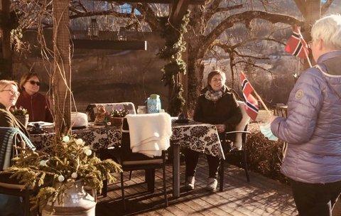 REISTE SEG: Styremedlemmene Anne Strøm Prestvik (t.v.) og Aud Engesvoll, samt leder Kari Frank i NHB, måtte reise seg og ta imot blomster og pris for å være «Best i vekst 2020».