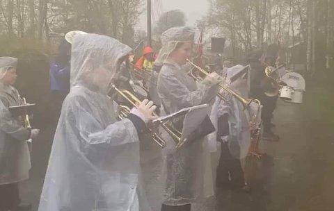 SPILLERIREGN:Rotnes skolekorps fra øvelsen i regnvær onsdag denne uka. Varselet tilsier at de får bruk for regnkappene på selve dagen også.