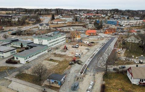 Sentrumsveien 9 er en del av byggeprosjektet ved rådhuset. Bildet er tatt i april i fjor, og det har skjedd mye arbeid i området siden da.