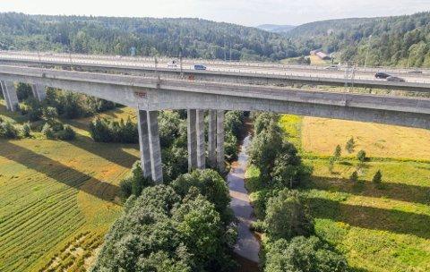 De tre store broene hvor E6 og jernbanen går over Hølendalen, står i et område der det er påvist kvikkleire.