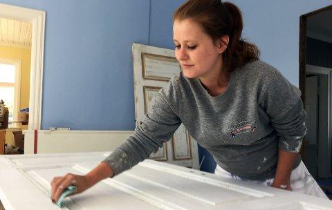 STORTRIVES: Ulrikke Gustavsen (27) er en av få jenter som går læra i malerfaget. Hun stortrives hos Malerfirma Tore Ask & Sønn AS.