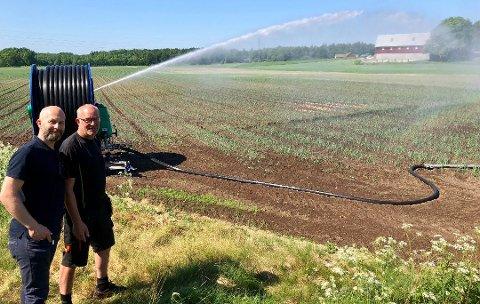 SPARER TID: Vestviken24 skrev i sommer om bonde Olav Brataas (t.h.) som hadde tatt i bruk vanningssensorene fra 7Sense. Nå skal  daglig leder Max J. Tangen og selskapet forske mer hvordan de kan hjelpe bonden i arbeidshverdagen.