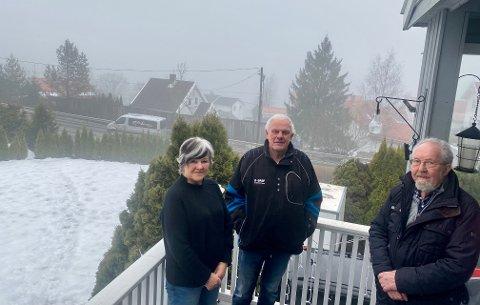 MARERITTVEI: Eva og Lars Røste har bodd 50 år i boligen ved Langhusveien. Nabo Bjørn Andersen (tv) er født og oppvokst 200 meter lengre bort, mens liter med de samme problemene. Støy og støv har blitt et lite mareritt.
