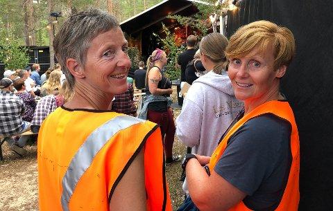 FRIVILLIGE: Livestock har startet jakten på frivillige til sommerens festival. Her er Hilde Skomakertuen (t.h.) og Gunhild Vårtun under fjorårets festival.