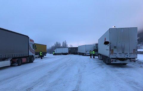 UTE EN VINTERDAG: Statens vegvesen på kontroll ved Bergerønningen i Alvdal.