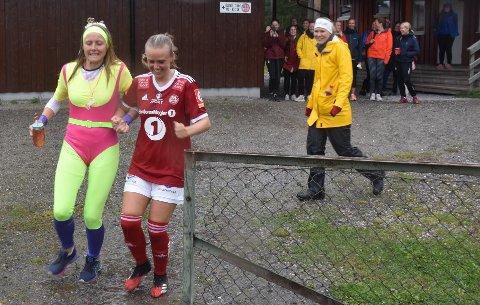 KLAR FOR UTDRIKKINGSLAG: Marit Fiskvik (til venstre) var klar for utdrikkingslag mens lagvenninnene feide over Volda etter pause. Her er hun sammen med Stine Skogan, og til høyre er det en skadet tynsetkeeper, Lene Tollan, som fornøyd ser Marit skal starte feiringen.