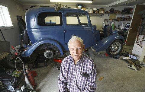 Mekanikerlivet: Hans Ellefsen har skrudd bil i nesten hele sitt snart 90 år lange liv. Nå restaurerer han bilen som hans far kjøpte i 1944. – Det er mye som må gjøres med den, men jeg tar ett problem av gangen, smiler han foran sin Ford Y-modell fra 1934. Bil og originalfelger er lakket i risørfarger.alle foto: Stig Sandmo