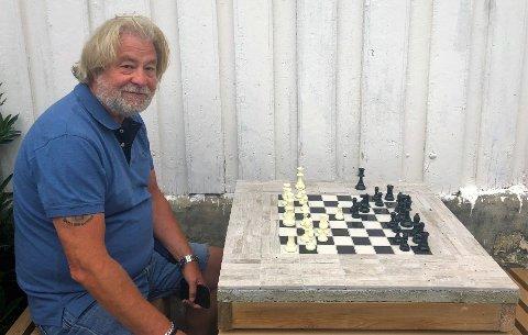 Frode Antonsen, leder i Risør Sjakklubb vil ha med flere sjakkspillere på turneringen til lørdag.