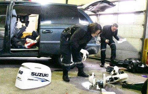 Her tømmer politibetjentene Wenche Myhren og Hans Martin Aas bilen for tjuvegods.