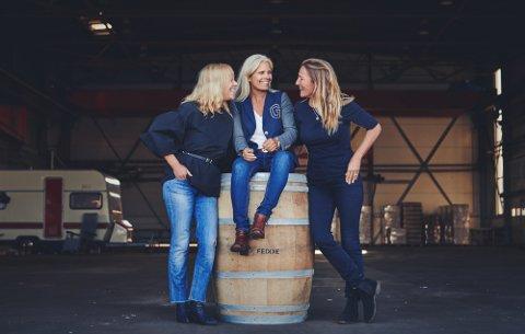Anne Gro Gulla, Anne Koppang og Camilla Andersson i Feddie Ocean Distillery er klare for å servere øl til Fedje-folket.