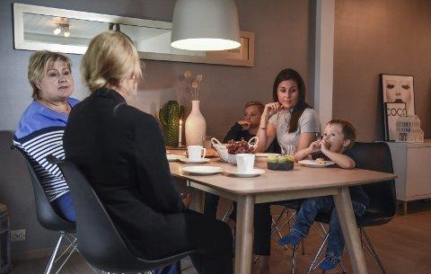 Doblet skatt: Silje Bendiksen, med Matheo (4) og Jonathan (10), fikk doblet eiendomsskatten. Onsdag snakket hun skatt med statsminister Erna Solberg og gruppeleder i fjor Høyre i Bodø bystyre, Grethe Fjærvoll. Foto: Fredrik Stenbro