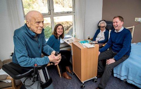 Etter at jeg ble blind er det godt med Kristens hjelp, sier Eva. Byrådsleder Harald Schjelderup og helsebyråd Vigdis Gåskjenn trivdes svært godt i selskapet.
