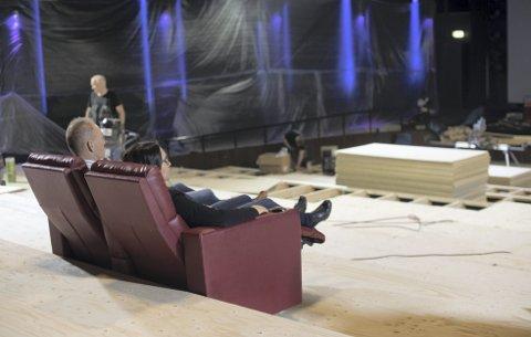 KP 1: Slik ser det ut inne i Konsertpaleets største sal om dagen. 4. mai skal salen være ferdig, ifølge Bergen Kino. I stolene sitter driftsleder Hans Øksenvåg og kinodirektør Elisabeth Halvorsen.foto: Dennis Fossen