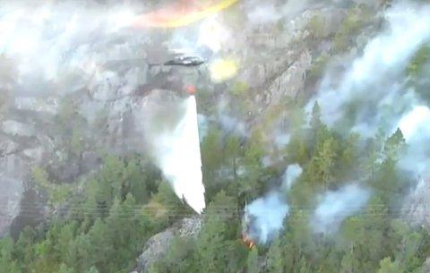 Skjermbilde fra brannvesenets dronevideo. Du kan se videoen øverst i saken.