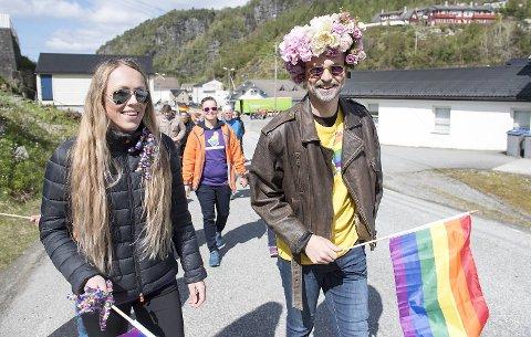 Andreas Gjerstad vokste opp på Votlo på Osterøy. I dag var han tilbake på øyen for delta i et historisk arrangement. Her er han med venninnen Solveig Hagenes.