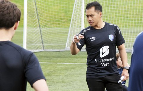FK Fyllingsdalen-trener Hiep Tran har i dag en 75-prosentstilling i klubben, men skulle aller helst jobbet fulltid. Kanskje må han over Sotrabroen for å få ønsket oppfylt?