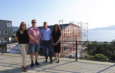 Naboene Toril og Sigbjørn Kongsrud og Liv og Erik Asche på terrassen til huseierne som blir mest berørt av påbygget i bakgrunnen. Det grå huset helt til venstre er  bygget på i senere tid, men der er det ingen hus bak som mistet utsikten,  påpeker naboene. FOTO: KATHERINE FERGUSON