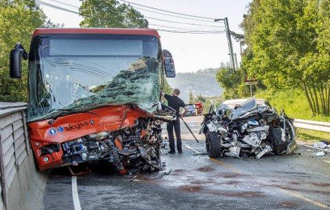 Både føreren av personbilen (19) og bussjåføren (57) døde i det kraftige sammenstøtet.