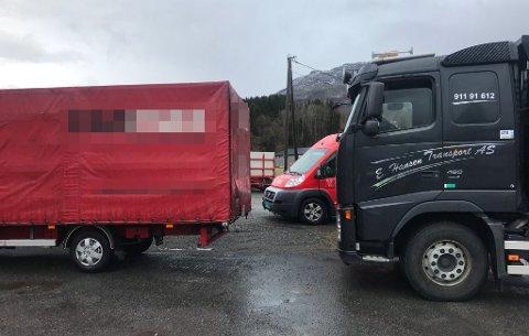 Sjåføren av lastebilen til venstre i bildet stakk angivelig av fra regningen i Røldal lørdag. Bilbergeren fikk hjelp av kolleger i Etne.