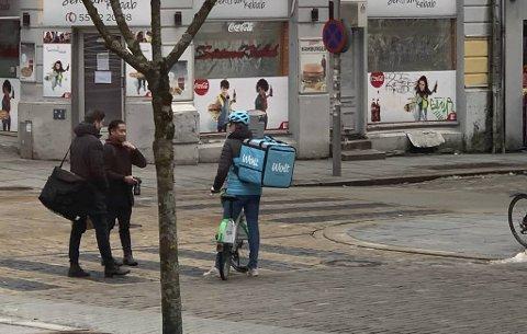 Matleveringstjenesten Wolt lanseres i Bergen. Onsdag kunne et av budene observeres i Håkonsgaten.