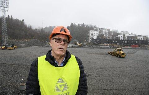 Grunnarbeidet på Åsanes nye hjemmebane er så godt som ferdig, og Roald Bruun-Hanssen tror de skal nå sin nye dato for ferdigstilling, 31. mai. Det kan være tidsnok til seriestart, som stadig blir utsatt grunnet koronaen. Foto: Rune Johansen