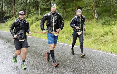 Team Rett Vest Endurance kom seg helskinnet ned fra det glatte og bratte partiet fra Livarden til Unneland. Fra venstre: Eivind Svellingen, Fredrik Berentsen og Fred Andersen fra BFG Bergen Løpeklubb.FOTO: BERNT-ERIK HAALAND